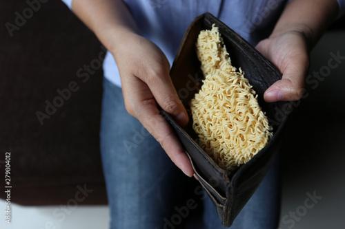 Fotografía  Woman showing noodles in pockets