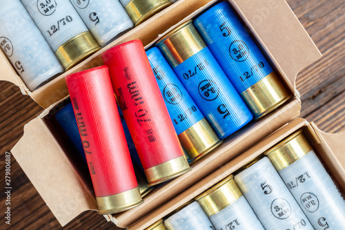 Papel de parede  12 gauge caliber color cartridges hunting shells in a box pack on a brown wooden
