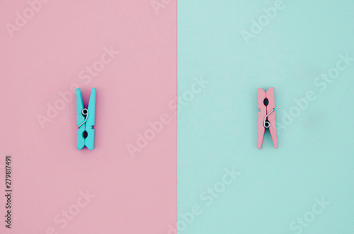 Fotomural  Flat-lay blue and pink clothes pins