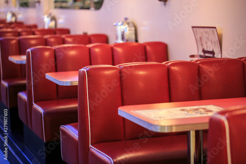 Fotomural  Red seats in a american restaurant