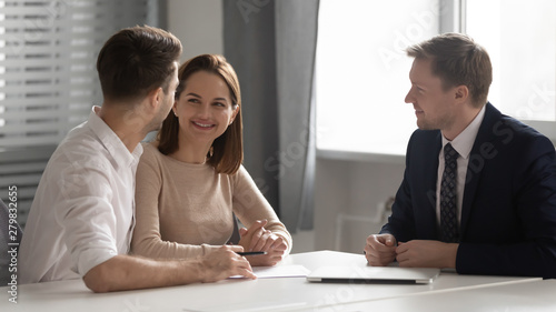 Photo  Happy young family couple making decision meeting bank manager insurer