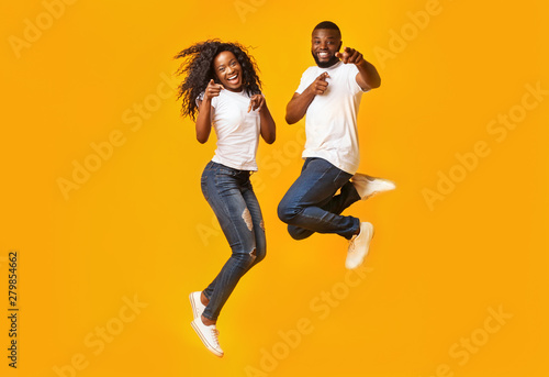 Photo  Happy afro couple is jumping in the air
