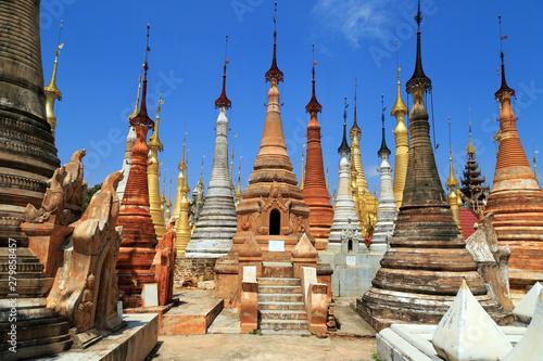 In de dag Bedehuis Shwe Inn Thein-Stupas