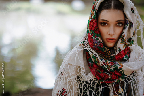 Canvas-taulu Portrait of a young girl in a traditional ethnic dress