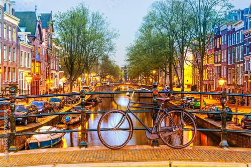 rower-zaparkowany-na-moscie-w-amsterdamie