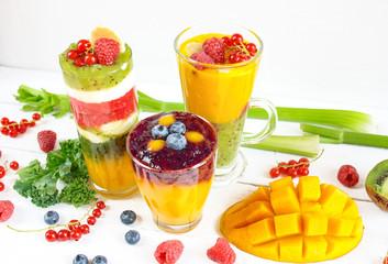 Wielowarstwowe kolorowe smoothie z mango, borówką amerykańską, kiwi, selerem naciowym, porzeczkami, malinami i jarmużem