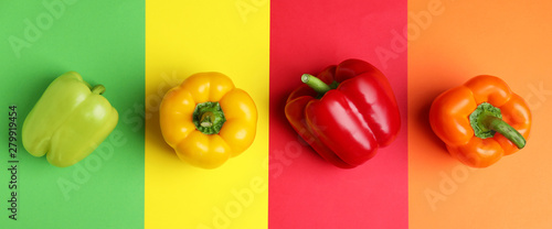 Stampa su Tela Flat lay composition with ripe bell peppers on color background