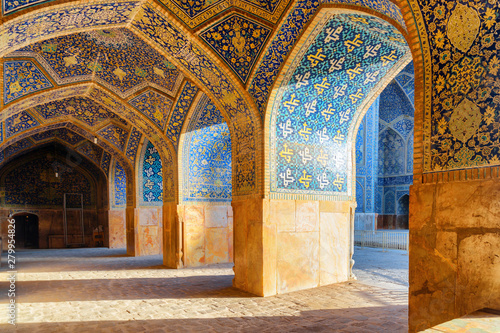 Stickers pour portes Con. Antique Beautiful vaulted arch passageway at the Shah Mosque in Isfahan