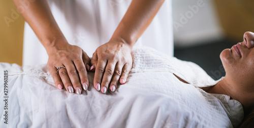 Fotografía  Hands at Reiki Healing Treatment