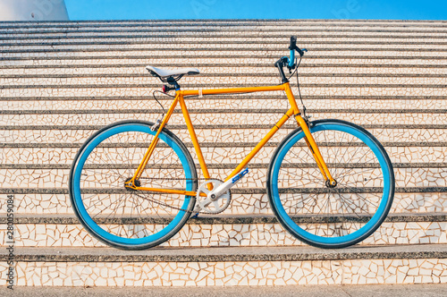 Cadres-photo bureau Velo Old yellow fixed gear bicycle on a stairs