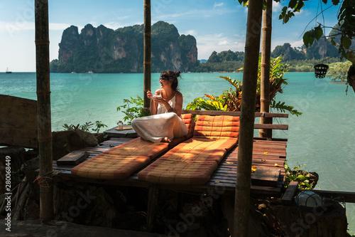 Fotografia  Beautiful girl resting on the sea