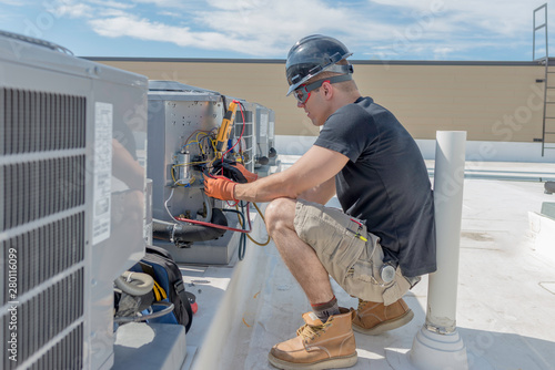 Fotografia  Hvac tech working on a condensing unit