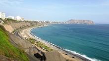 Lima, Peru Con Lindo Tiempo Al Pie Del Mar Apreciando Miraflores Y Barranco En La Costa Verde
