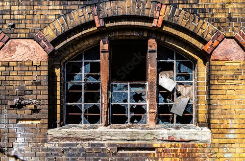 Zerstörtes Fenster eines baufälligen Gebäudes Fototapet