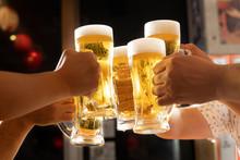 居酒屋でビールで乾杯...