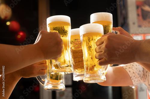 Tela 居酒屋でビールで乾杯をするイメージ