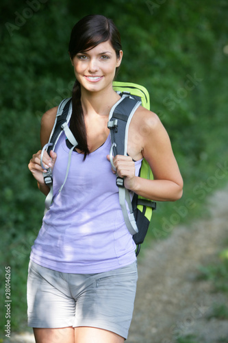 Jeune femme souriante faisant de la randonnée Wallpaper Mural