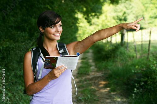 Jeune femme souriante faisant de la randonnée Canvas Print