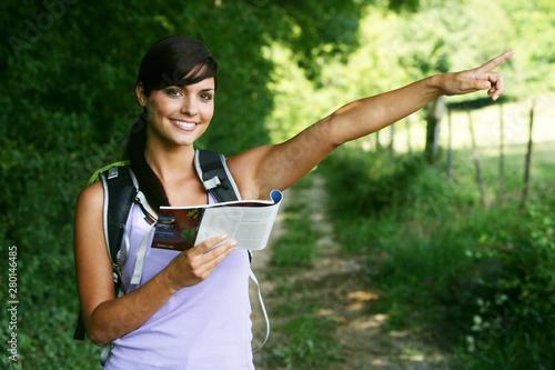 Photo  Jeune femme souriante faisant de la randonnée