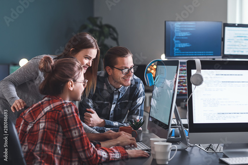 Pinturas sobre lienzo  Team of programmers working in office