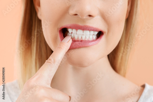 Foto Beautiful woman with healthy teeth on color background, closeup