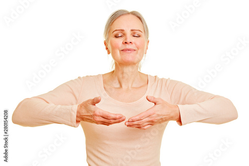 Fotografia Ältere Frau beim bewusst einatmen