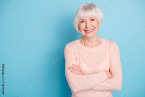 Foto auf Leinwand Texturen Portrait of lovely lady with her arms folded having toothy smile wearing pastel sweater isolated over blue background