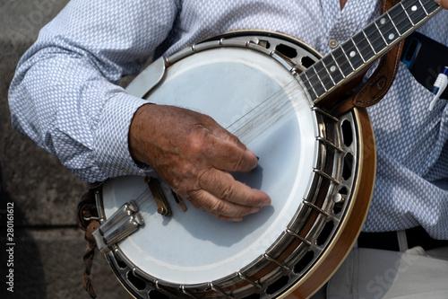 Photo street artist playing banjo musician detail of hands