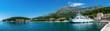 Panorama Blick auf den Fährhafen in Drvenik auf Kroatien und die Berge im Hintergrund mit dem alten Dorf