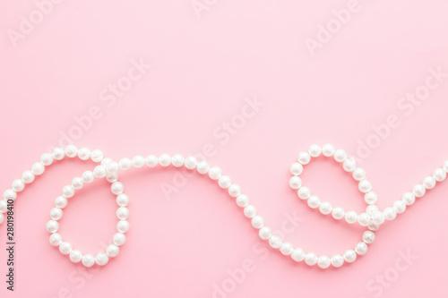 Fotografía  Pearls on pastel pink background