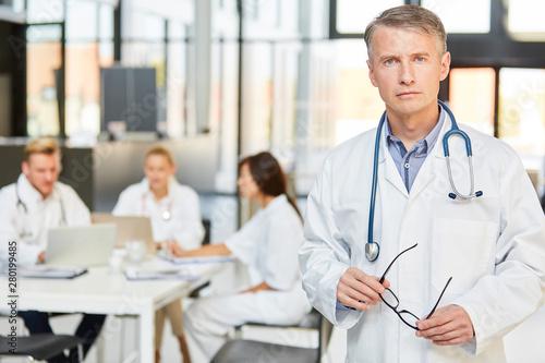 Mann als Oberarzt mit Autorität und Kompetenz Fotobehang