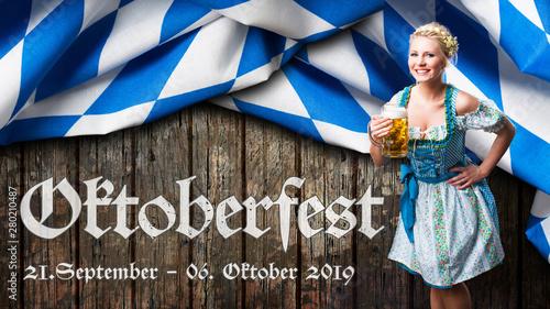 Fotografie, Obraz  Oktoberfest 2019 Banner mit junger Frau im Dirndl vor Holzhintergrund