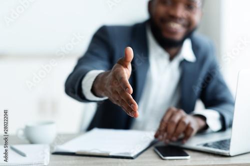 Fotografia African American businessman extending hand to shake