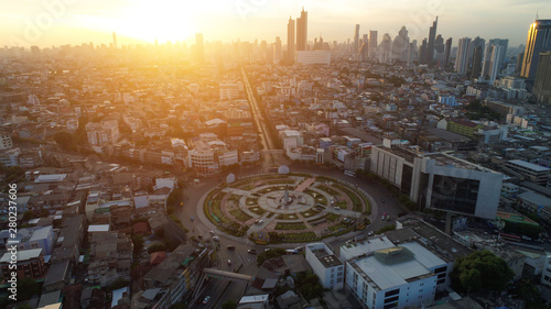 Photo  Aerial view traffic road roundabout in city, Aerial view of Bangkok, Bangkok city downtown with sunset sky , Bangkok ,Thailand