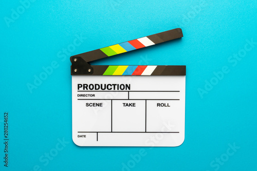 Photographie Top view photo of open white clapperboard over turquoise blue background