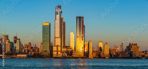 Fotografia View to Manhattan skyline from Weehawken Waterfront in  Hudson River at sunset