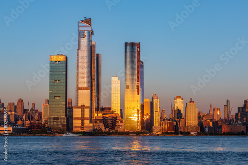 Fotomural View to Manhattan skyline from Weehawken Waterfront in  Hudson River at sunset