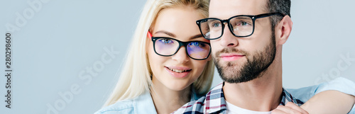 Photographie panoramic shot of man and beautiful girl in glasses isolated on grey