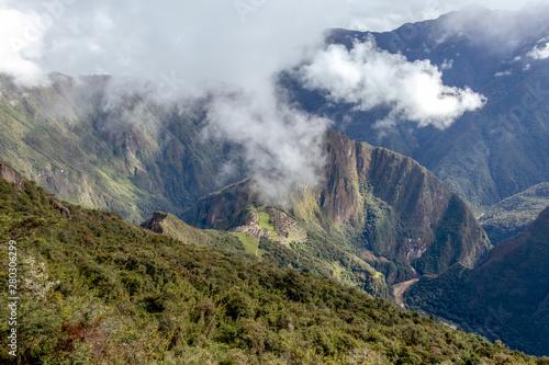huayna-picchu-lub-wayna-pikchu-gora-w-chmurach-wznosi-sie-nad-cytadela-machu-picchu-inca-zaginionym-miastem-inkow
