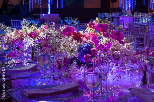 Flower bouquet with roses on glass luxury dinner table - 280306429