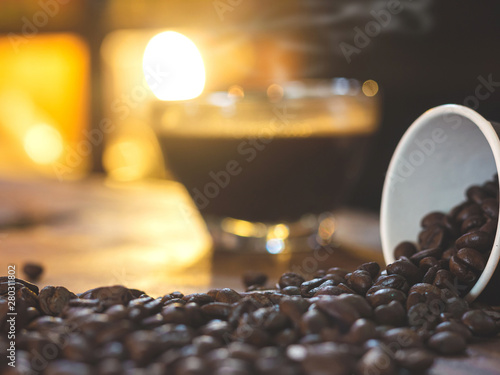 Staande foto koffiebar Coffee cup and coffee beans on a wooden table in coffee shop