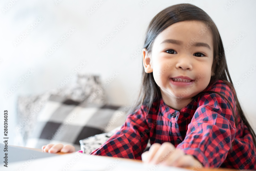 Fototapety, obrazy: Asian Cute little girl sitting smiling