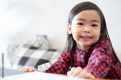 Foto  Asian Cute little girl sitting smiling