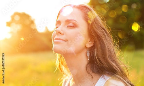 Young woman on field under sunset light Tablou Canvas