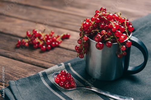 Poster de jardin Montagne Fresh red currant in a metal cup.