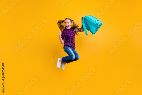 Photographie  Full length photo of small pupil jump high finally holidays hooray wear casual c