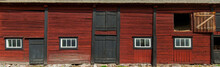 Altes Schwedisches Bauernhaus Mit Roter Fassade. Retro Scandinavian Countryside Style. An Old Vintage Wooden Front On A Red Country House.