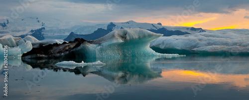La pose en embrasure Aurore polaire Laguna Jókulsárlón, Glaciar Vatnajökull, Islandia