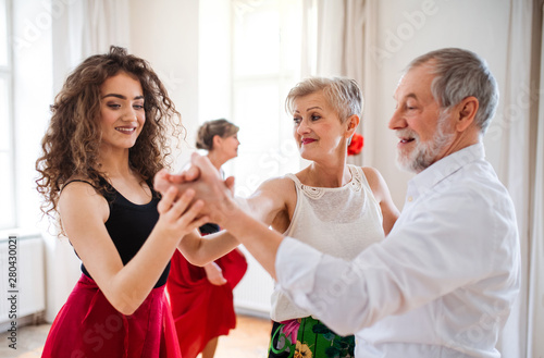 Foto Group of senior people in dancing class with dance teacher.