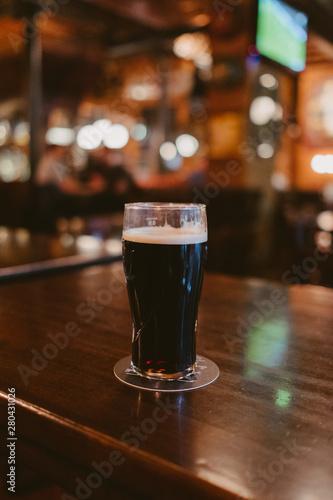 Photo dark stout beer at a pub